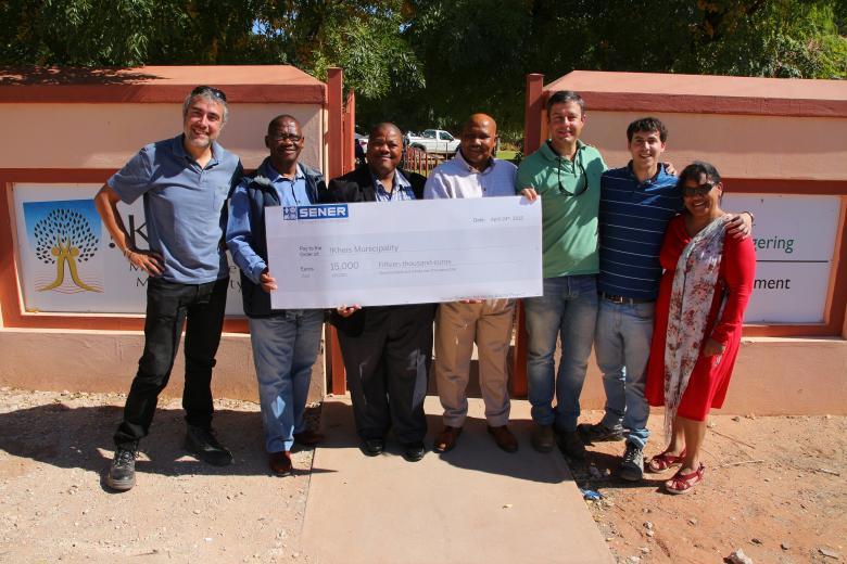 Compañeros de SENER entregan la donación de la empresa a !Kheis