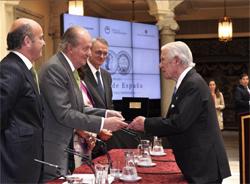 El rey Juan Carlos de Borbón hace entrega a Enrique de Sendagorta, fundador de SENER, del premio Reino de España a la Trayectoria Empresarial
