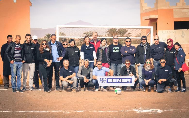 Las personas de SENER construyen un campo de fútbol en Marruecos como parte de las acciones de RSC de la empresa