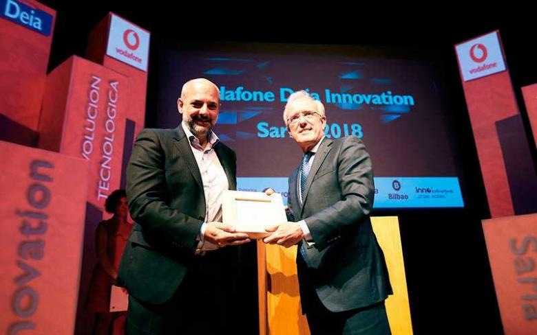 http://www.infraestructurasytransporte.sener/ecm-images/Jorge-Unda-recoge-el-Premio-Vodafone-Deia-Innovation-Sariak-2018